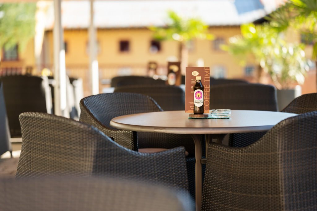 tvb-hallein-duerrnberg-erleben-geniessen-cafe-am-steg-gastgarten-tisch