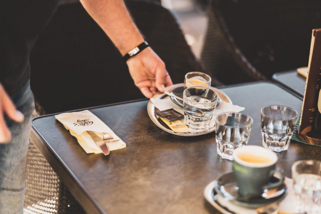 tvb-hallein-duerrnberg-erleben-geniessen-cafe-am-steg-kaffee-serviert