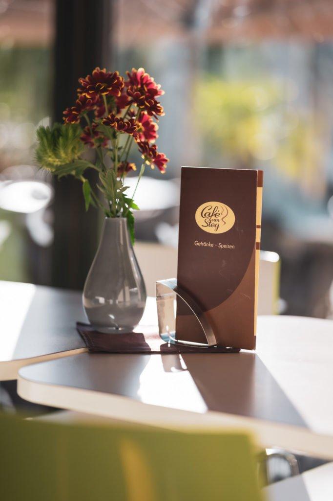 tvb-hallein-duerrnberg-erleben-geniessen-cafe-am-steg-tisch-detail