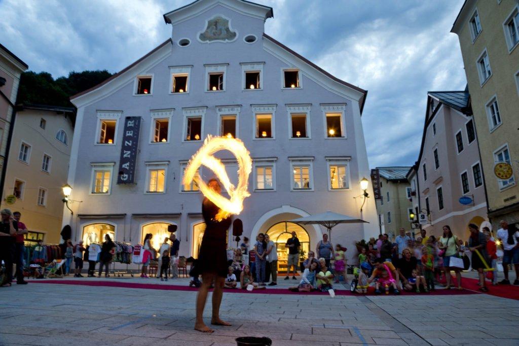 tvb-hallein-duerrnberg-altstadt-kronsteinplatz-feuershow