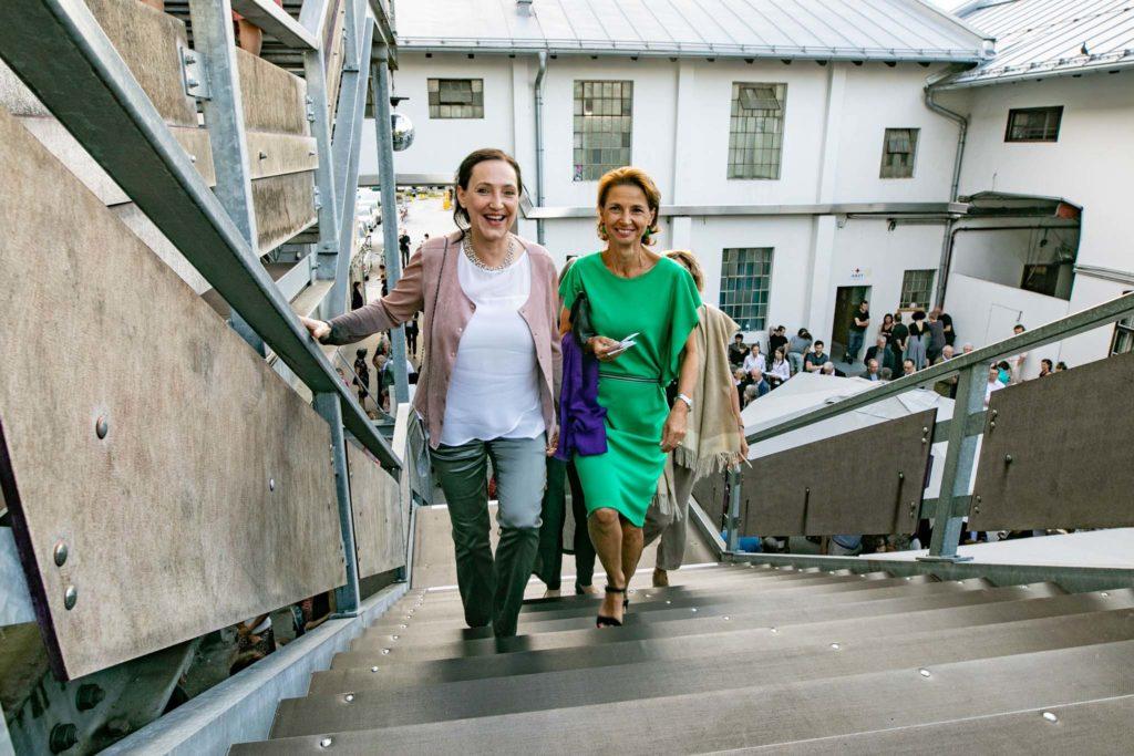 tvb-hallein-duerrnberg-erleben-kultur-festspiele-pernerinsel-gaeste-auf-treppe