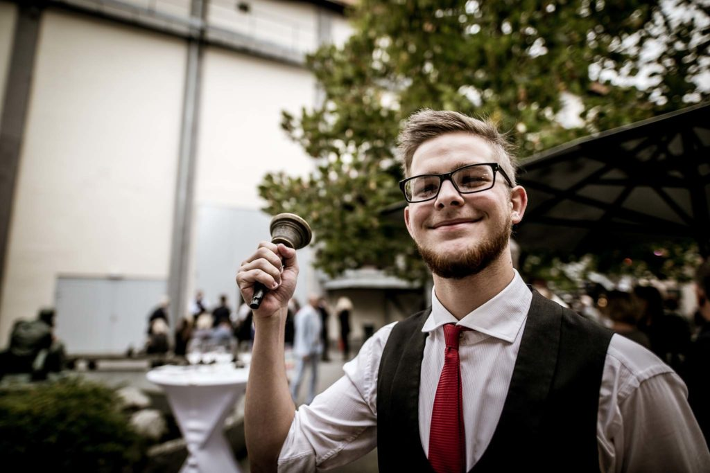 tvb-hallein-duerrnberg-erleben-kultur-festspiele-pernerinsel-mann-mit-pausenglocke