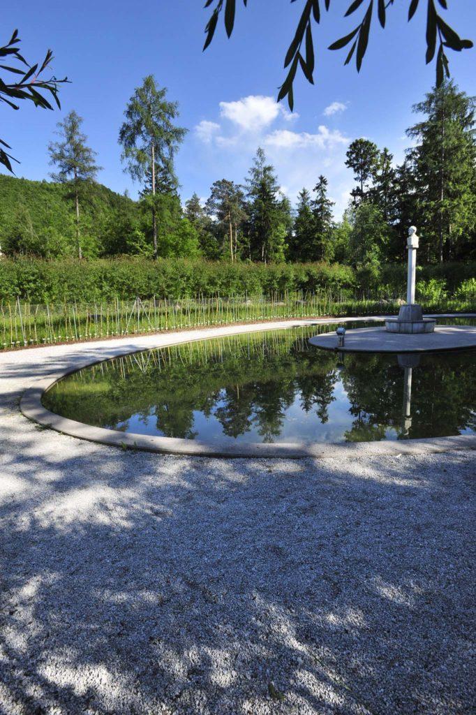tvb-hallein-duerrnberg-erleben-kultur-skulpturenpark-leube-garten-mit-teich