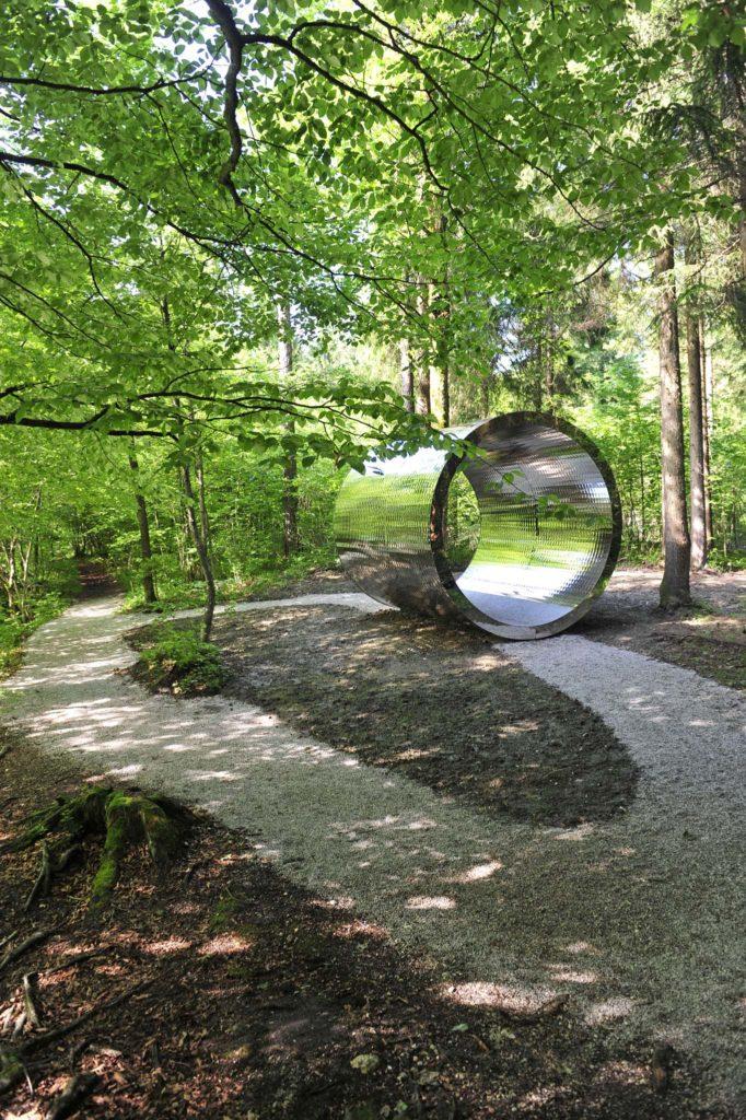 tvb-hallein-duerrnberg-erleben-kultur-skulpturenpark-leube-metallrohr-hochglanz-wald