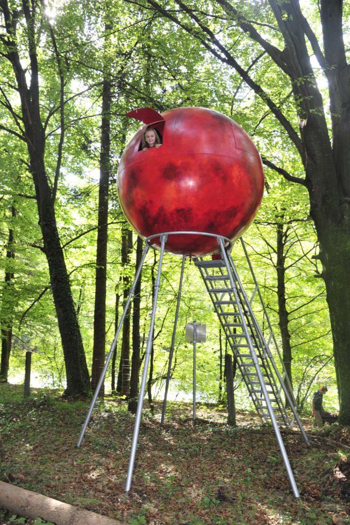 tvb-hallein-duerrnberg-erleben-kultur-skulpturenpark-leube-rote-kugel-mit-eingang-und-leiter