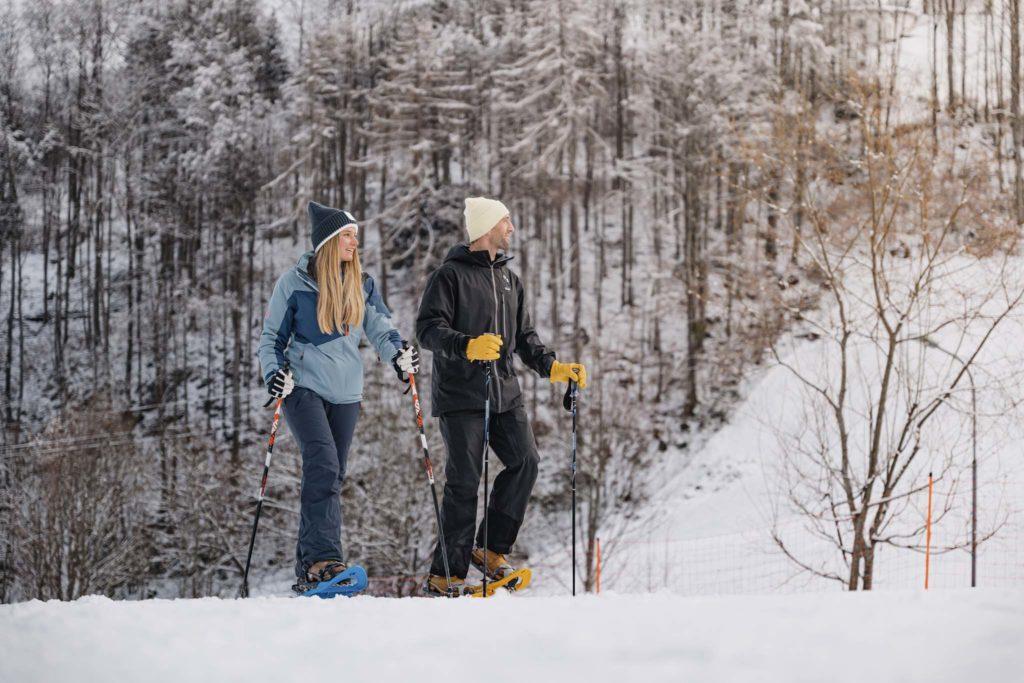 tvb-hallein-duerrnberg-erleben-duerrnberg-schneeschuhwandern-wallbrunn-paerchen-beim-wandern