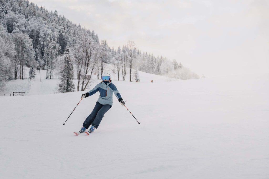 tvb-hallein-duerrnberg-erleben-duerrnberg-skifahren-am-duerrnberg-frau-beim-skifahren