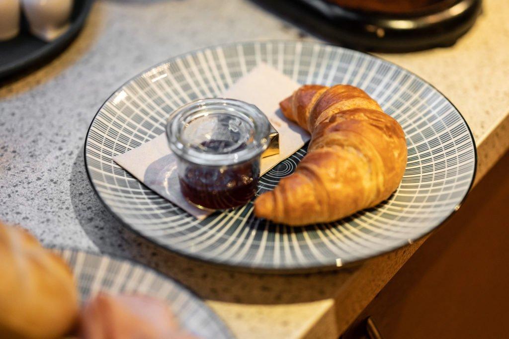 tvb-hallein-duerrnberg-erleben-geniessen-cafe-melies-croissant-mit-marmelade
