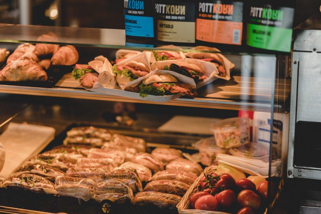 tvb-hallein-duerrnberg-erleben-geniessen-p-und-a-gaumenfreude-theke-sandwiches