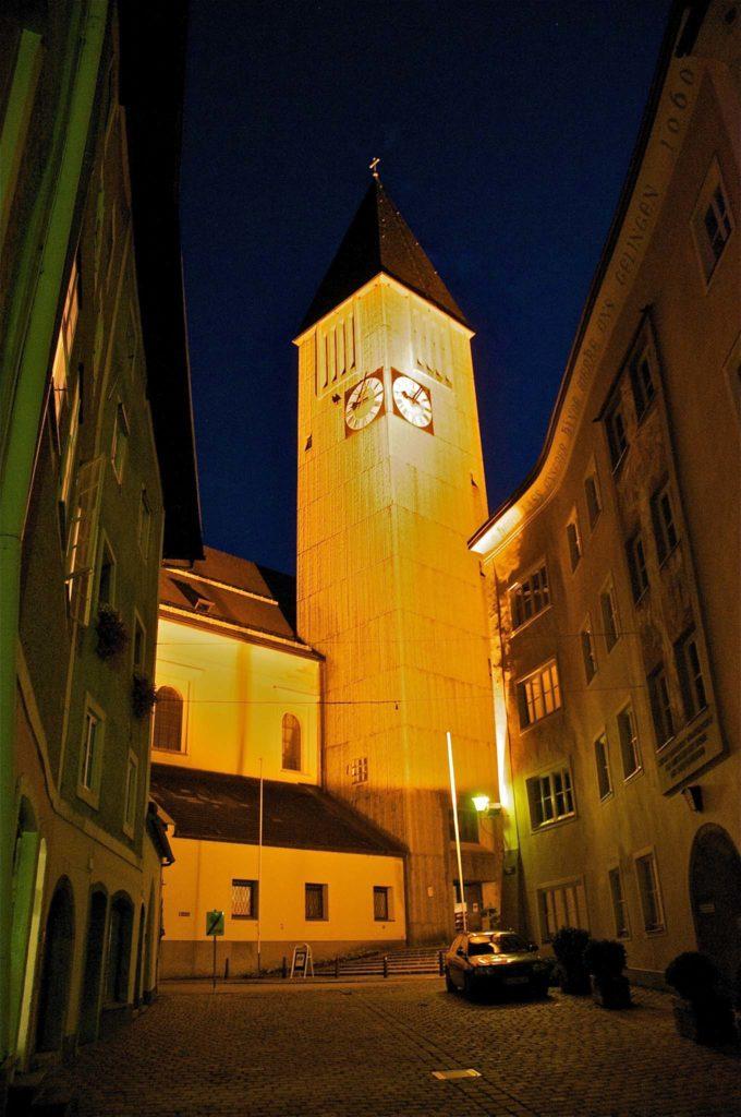 tvb-hallein-duerrnberg-erleben-sehenswuerdigkeiten-stadtpfarrkirche-nacht-hoch