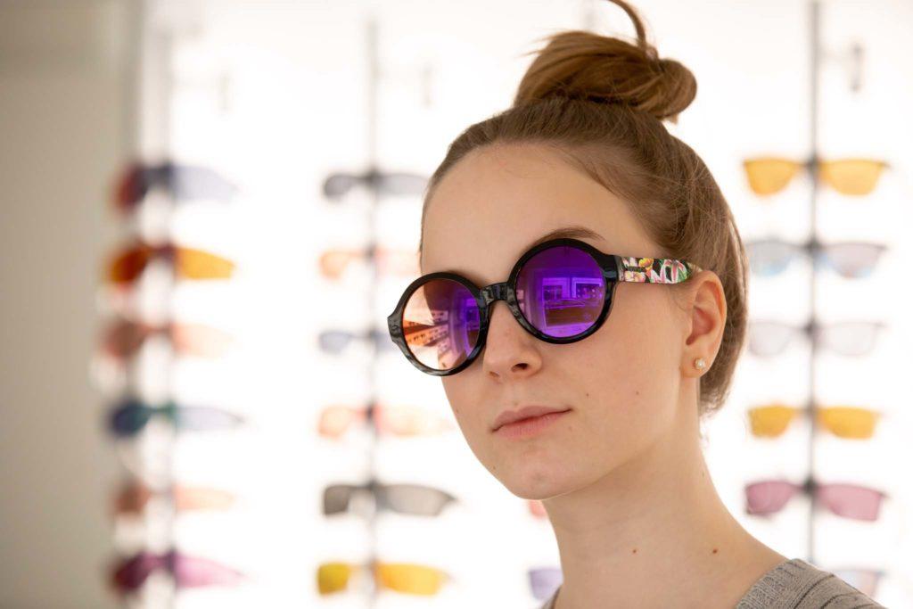tvb-hallein-duerrnberg-erleben-shopping-augenoptik-schauer-model-brille-anprobieren-rund