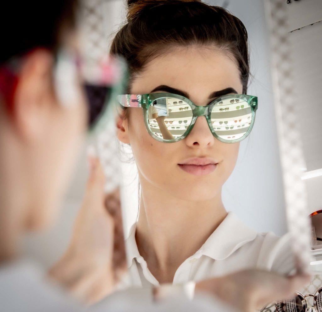 tvb-hallein-duerrnberg-erleben-shopping-augenoptik-schauer-model-brille-anprobieren-spiegel