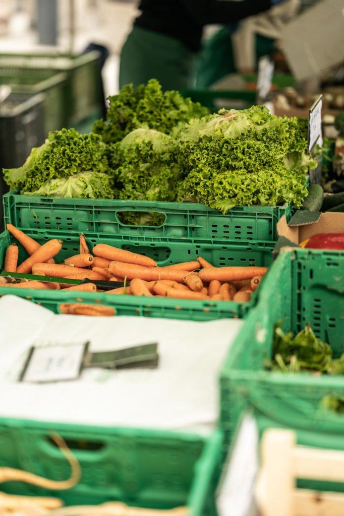 tvb-hallein-duerrnberg-erleben-shopping-biomarkt-karotten-salat