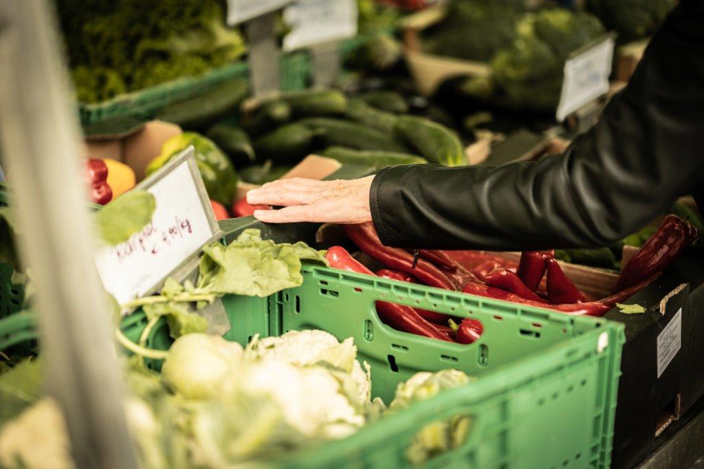 tvb-hallein-duerrnberg-erleben-shopping-biomarkt-kundin