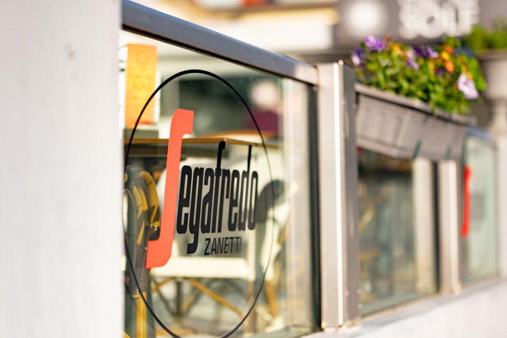 tvb-hallein-duerrnberg-erleben-shopping-cafe-sole-beklebung-segafredo