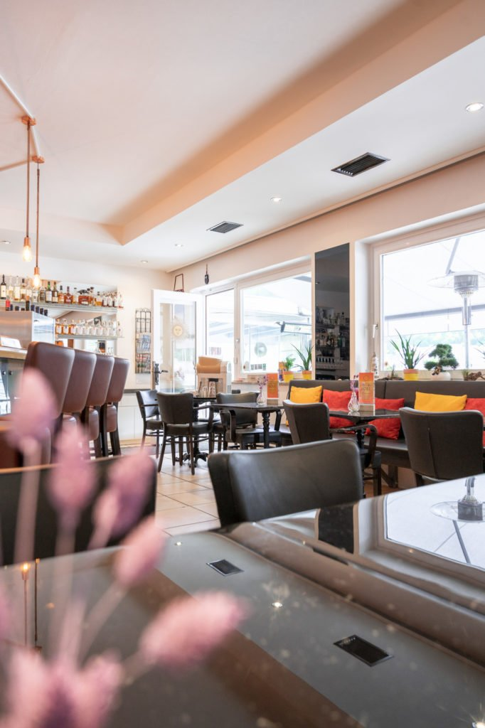 tvb-hallein-duerrnberg-erleben-shopping-cafe-sole-innenraum-mit-blume