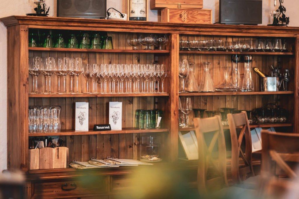 tvb-hallein-duerrnberg-erleben-shopping-danijels-restaurant-innen-regal-quer
