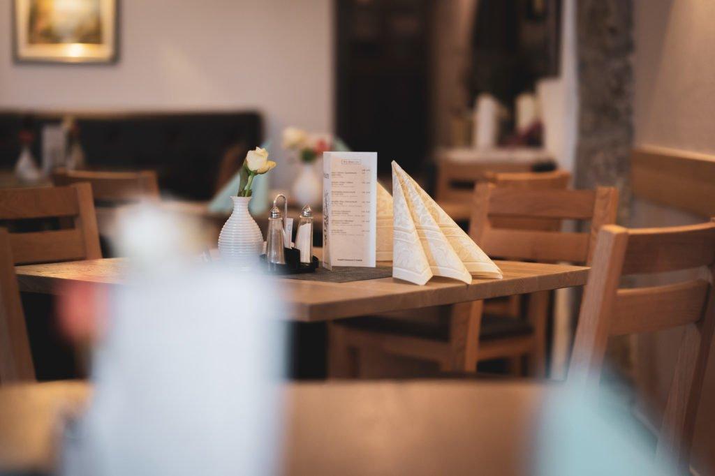 tvb-hallein-duerrnberg-erleben-shopping-danijels-restaurant-tische-gedeckt