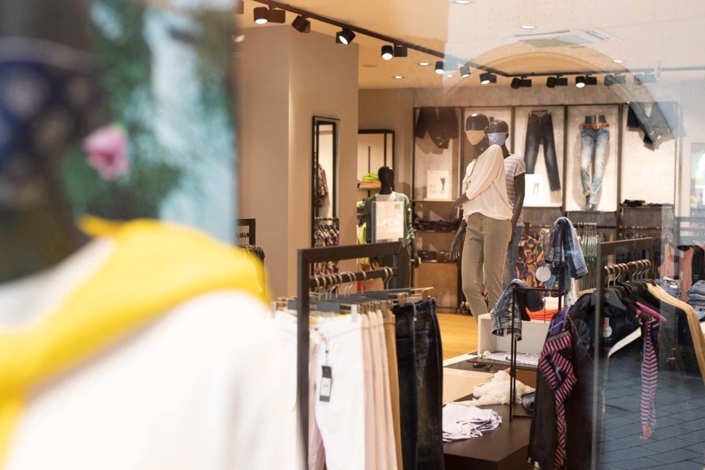 tvb-hallein-duerrnberg-erleben-shopping-favors-auslage-mit-blick-ins-geschaeft