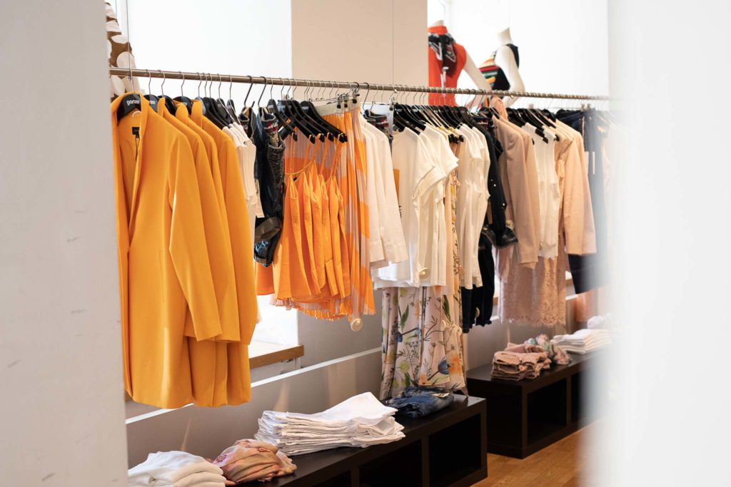 tvb-hallein-duerrnberg-erleben-shopping-ganzer-moden-kleiderstange-mit-shirts