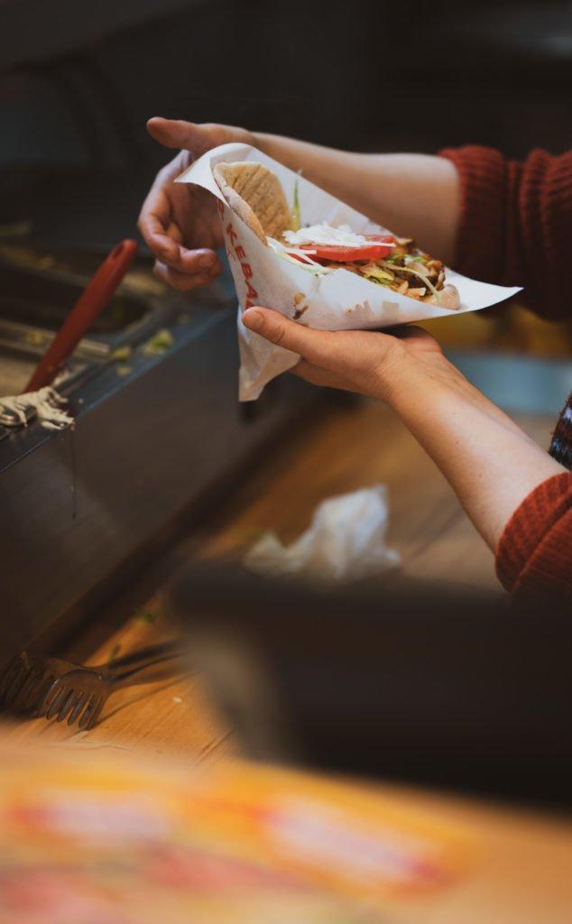 tvb-hallein-duerrnberg-erleben-shopping-koenig-kebab-zubereitung-kebab