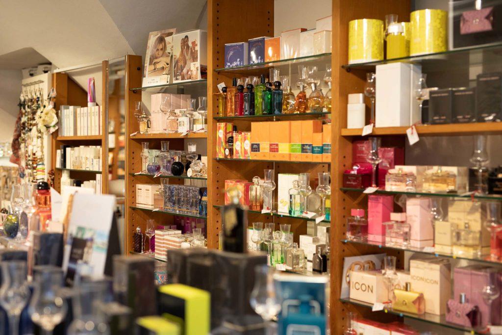 tvb-hallein-duerrnberg-erleben-shopping-parfumeriecharlie-regale-innen