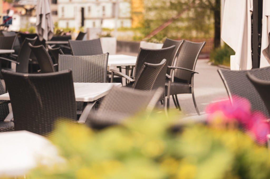tvb-hallein-duerrnberg-erleben-shopping-pizzeria-restaurant-arena-gastgarten-tische