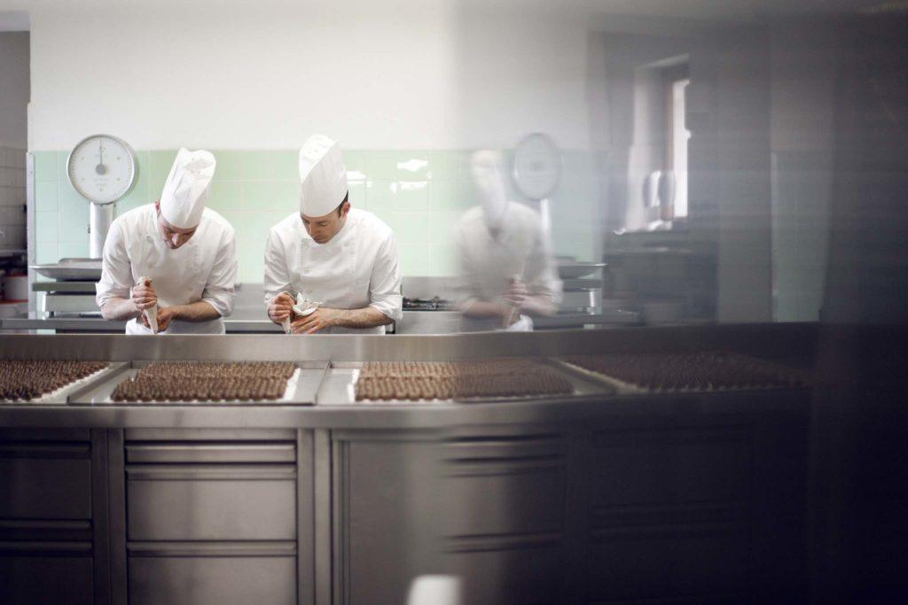 tvb-hallein-duerrnberg-genießen-cafe-konditorei-braun-herstellung-schokolade-gespiegelt