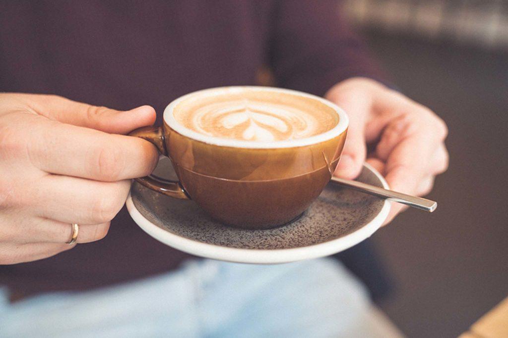 tvb-hallein-duerrnberg-genießen-cafe-pan-cafe-cappuccino-zubereitet