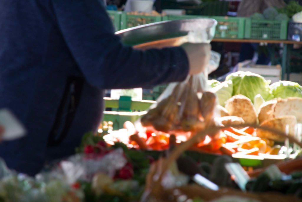 tvb-hallein-duerrnberg-genießen-halleiner-gruenmarkt-kunde-mit-kartoffeln
