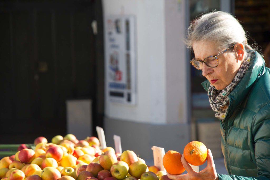 tvb-hallein-duerrnberg-genießen-halleiner-gruenmarkt-kundin-mit-orange