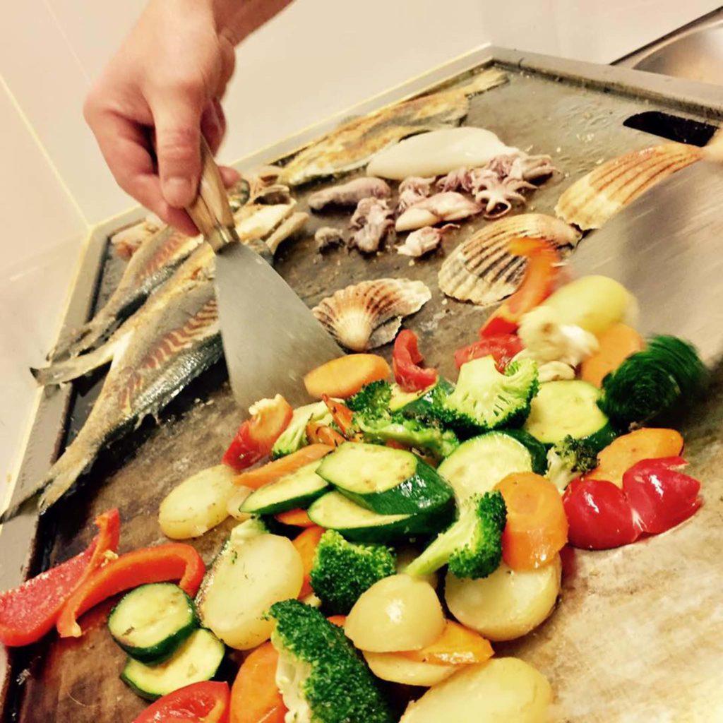 tvb-hallein-duerrnberg-genießen-konoba-pinna-nobilis-zubereitung-fischgericht-mit-gemuese