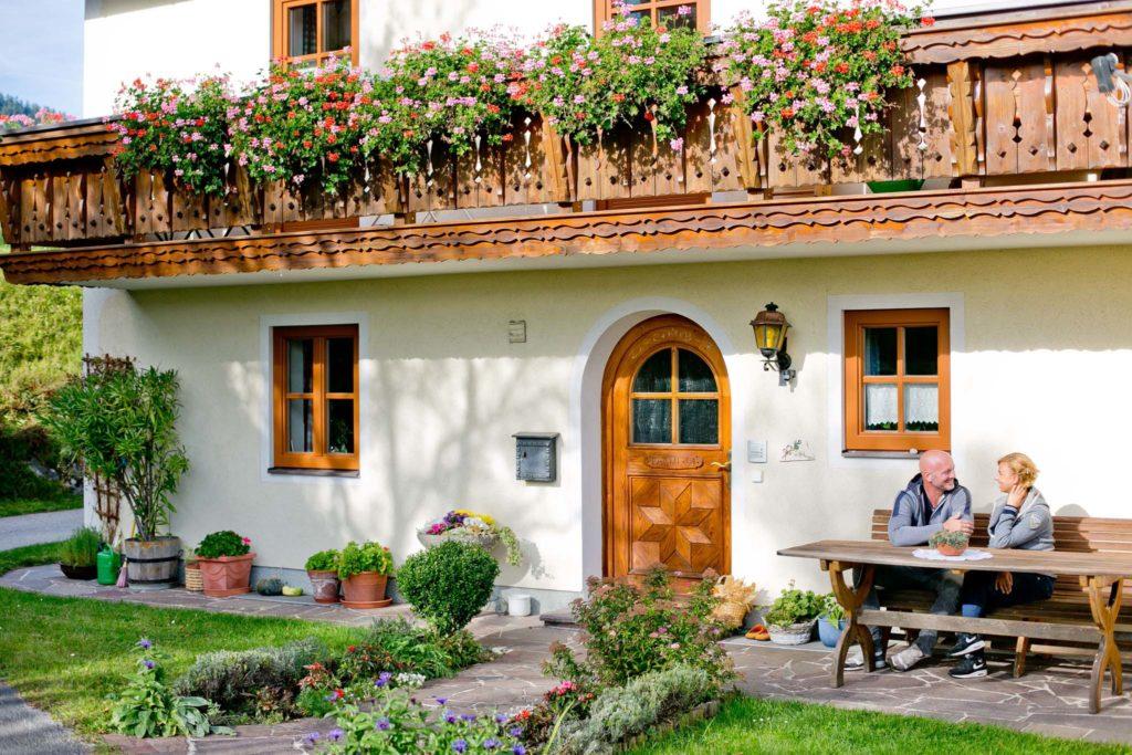 tvb-hallein-duerrnberg-unterkunft-loeffelberger-hausansicht-terrasse