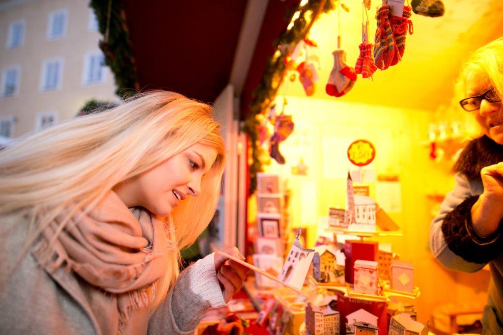 tvb-hallein-dürrnberg-erleben-advent-bayrhamerplatz-adventmarkt-dame-aussteller