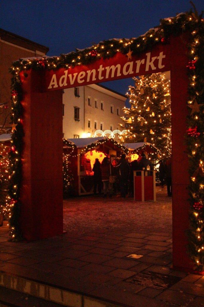 tvb-hallein-dürrnberg-erleben-advent-bayrhamerplatz-adventmarkt-hoch
