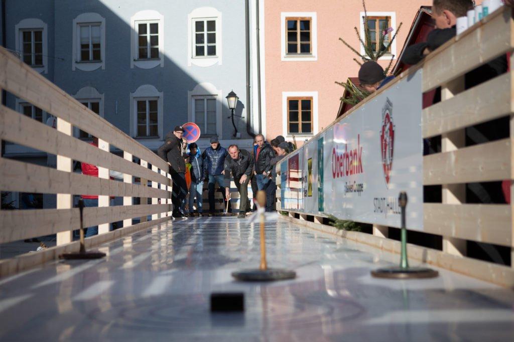 tvb-hallein-dürrnberg-erleben-advent-bayrhamerplatz-eisstockschiessen