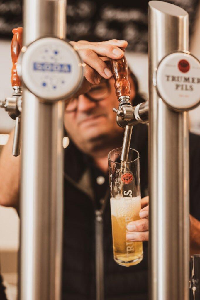 tvb-hallein-duerrnberg-erleben-geniessen-kabinett-frank-beim-bier-zapfen