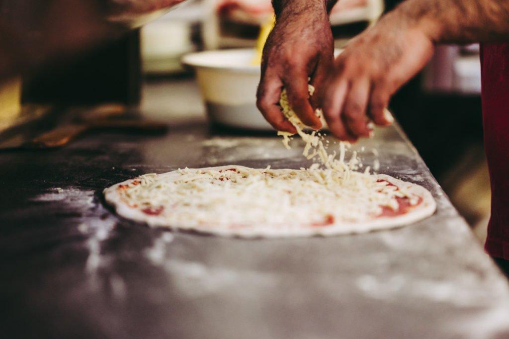 tvb-hallein-duerrnberg-erleben-geniessen-pizza-xpress-pizzakaese-verstreuen