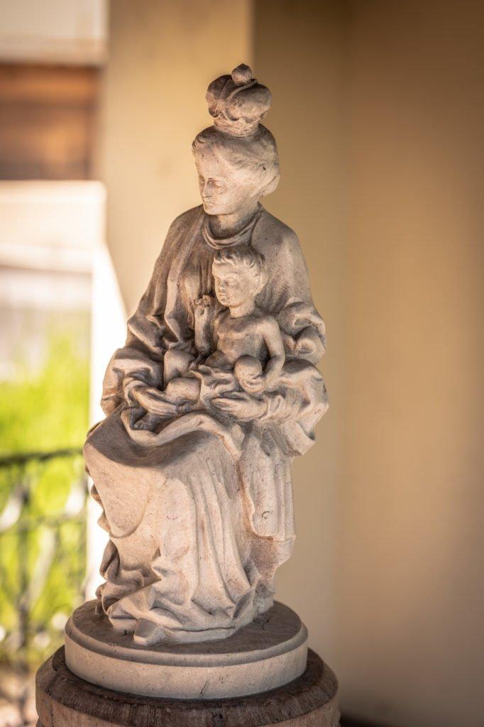 tvb-hallein-duerrnberg-erleben-sehenswuerdigkeiten-liebfrauenbruendl-statue-mit-kind