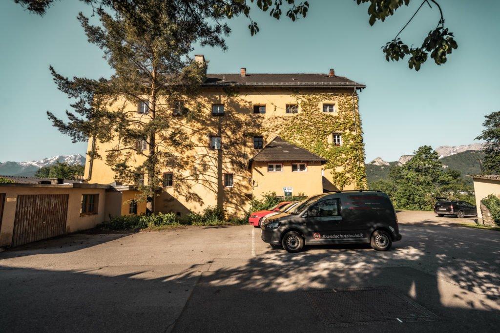 tvb-hallein-duerrnberg-erleben-sehenswuerdigkeiten-schloss-altdorf-aussen-mit-parkplatz