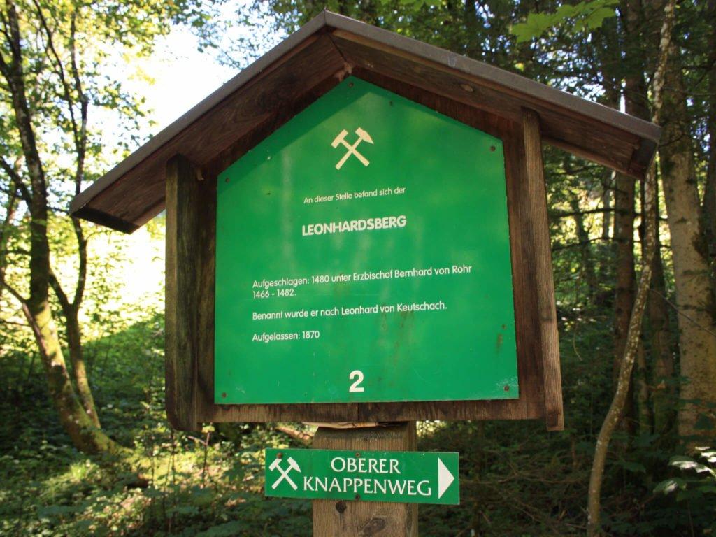 tvb-hallein-duerrnberg-wandern-oberer-knappenrundwanderweg-stollen-schild